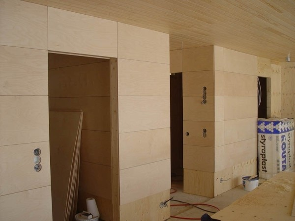 Стены перегородки, собранные из фанерных плит