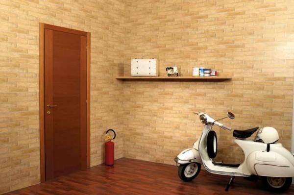 Стены в комнате с отделкой под кирпич.