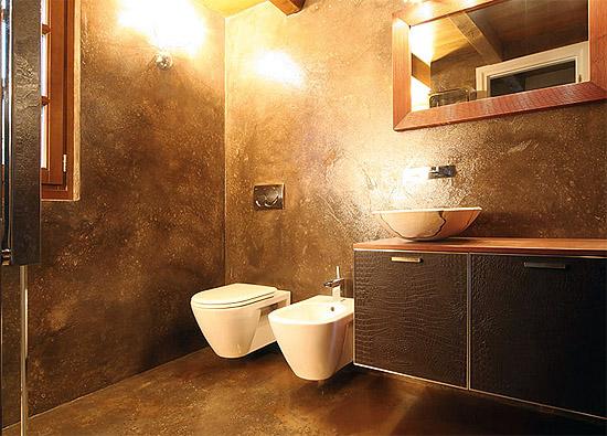 Стены ванной, облицованные декоративной штукатуркой