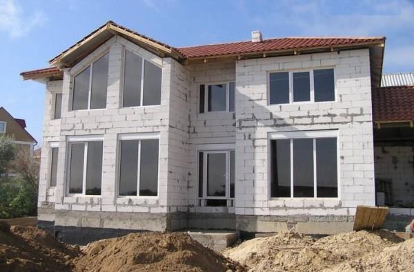 Стены возведены. Однако без отделки фасад смотрится неопрятно, да и теплоизоляция здания оставляет желать лучшего.