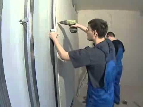 Стены зашивают гипсовыми листами, фиксируя их к каркасу саморезами.