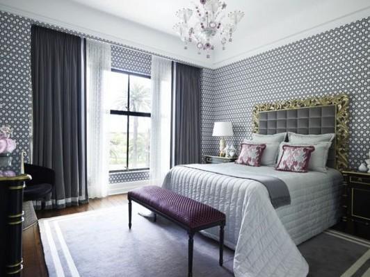 Стиль обоев поддерживает общий дизайн комнаты.