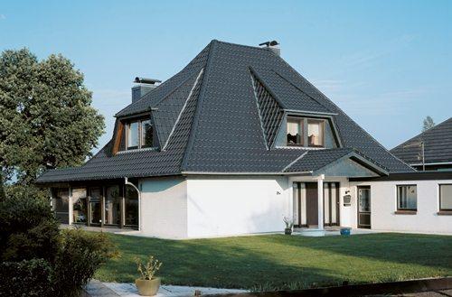 Стоимость покраски крыши не идёт ни в какое сравнение с теми задачами, которые ставятся при этом – это не только впечатление от дома, но и впечатление о его хозяевах