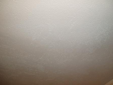 Стоит помнить, что даже отлично держащаяся побелка смотрится не очень хорошо – потолок и стены не будут идеально ровными