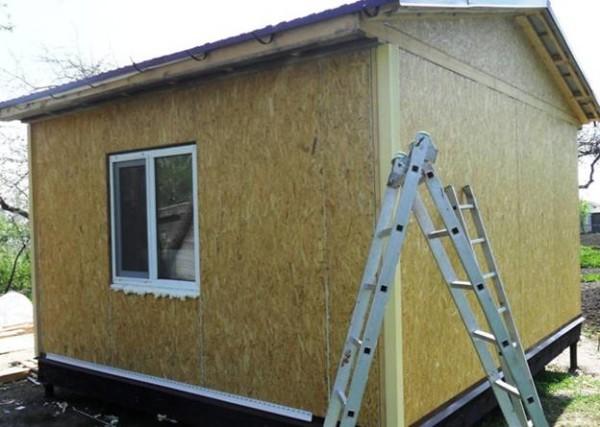Стоит помнить, что между стеной и покрытием будет небольшое пространство, а значит, материал необходимо обработать перед установкой