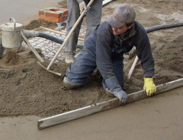 Стяжка кладется до начала оштукатуривания стен.