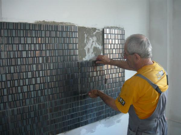Существует множество методик, позволяющих качественно оформить стены дома