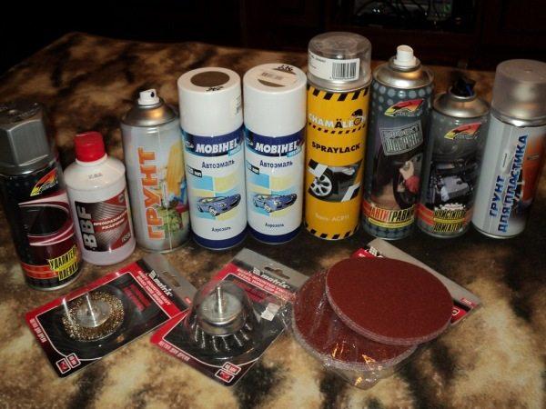 Существуют различные средства для обработки и подготовки пластмасс к окраске.