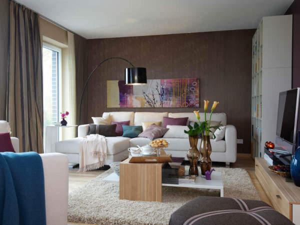 Светлая мебель хорошо оттеняет темную отделку стены, но, думается, это вынужденное решение (фото «N»)
