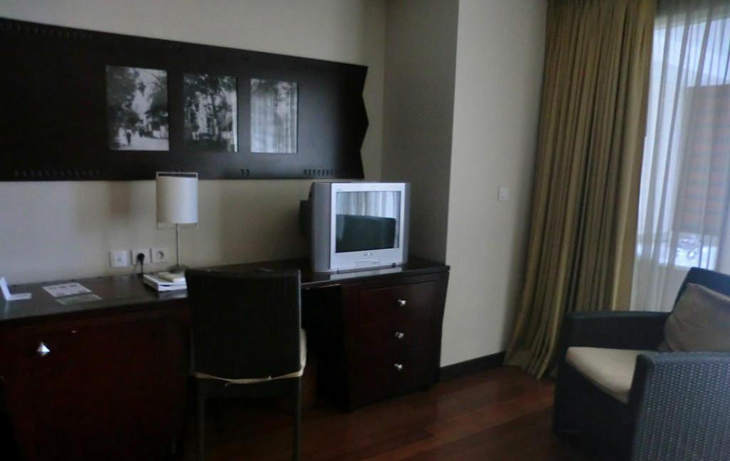Светлая облицовка стен в сочетании с тёмно-коричневой мебелью