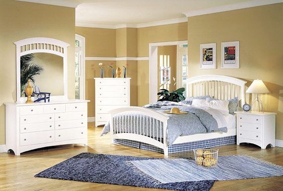 Светло-бежевые обои для спальни с белой мебелью