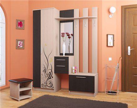 Светлые полы также отлично подходят для обоев подобного цвета, особенно если сочетаются с белой мебелью или другими предметами интерьера