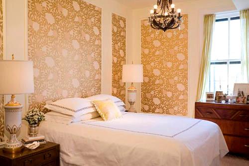 Светлые стены в маленькой спальне