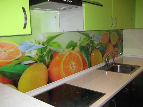Своё применение находят и стеклянные панели, и не только на кухнях