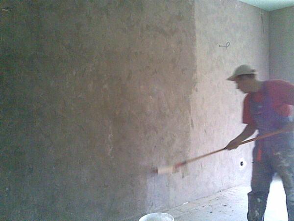 Так производится грунтование стен при помощи валика.