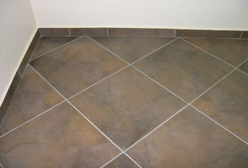 Так смотрится керамическая плитка, уложенная по диагонали.