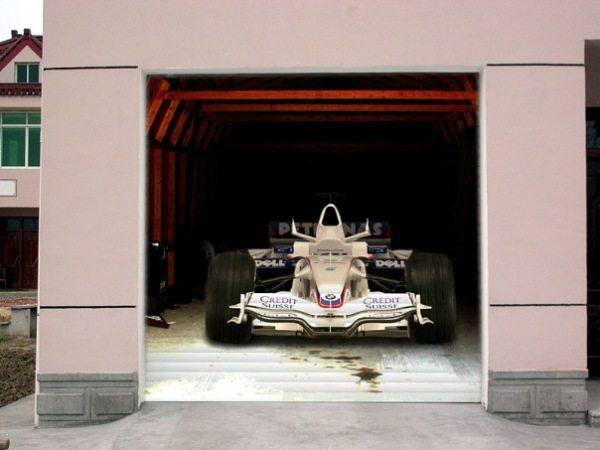 Такая наклейка на воротах гаража обратит внимание всех прохожих