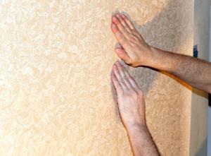 Такое разглаживание своими руками самое надёжное и эффективное, оно позволит почувствовать состояние клея под материалом