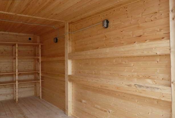 Такой гараж хорошо смотрится на загородном участке, особенно, если все жилые постройки из дерева