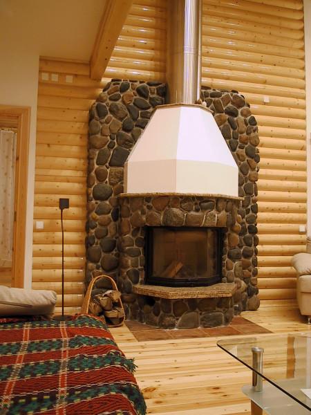 Такой камин выглядит более дорогим, солидным и стилизует интерьер.