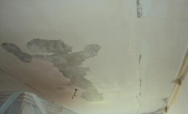 Такой потолок нуждается в ремонте