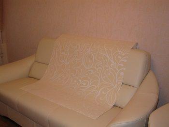 Такой выбор цвета сделает диван практически незаметным