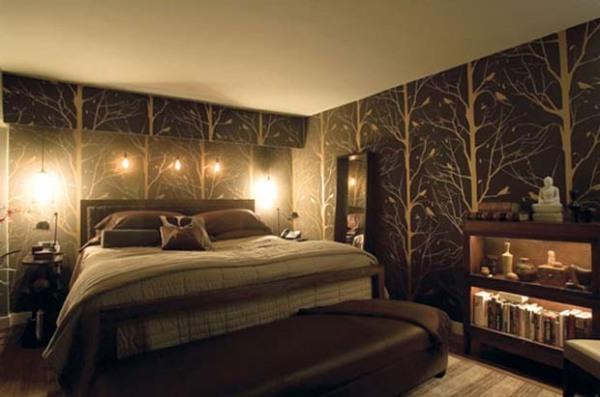 Темная мебель на фоне коричневых обоев.