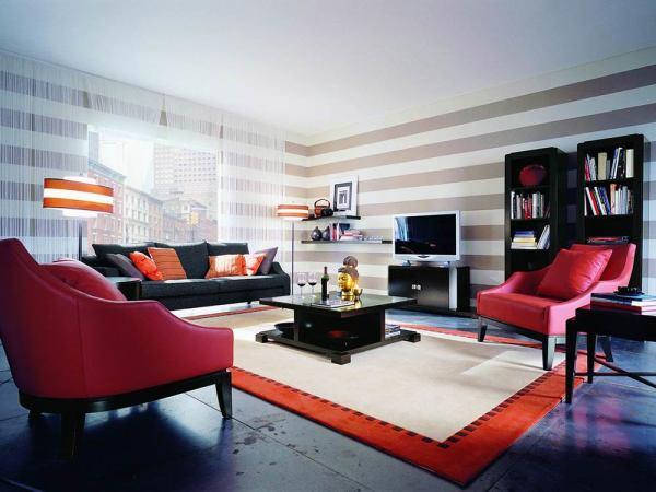 Темная мебель отлично смотрится в сочетании со светлыми обоями, выделяясь на общем фоне