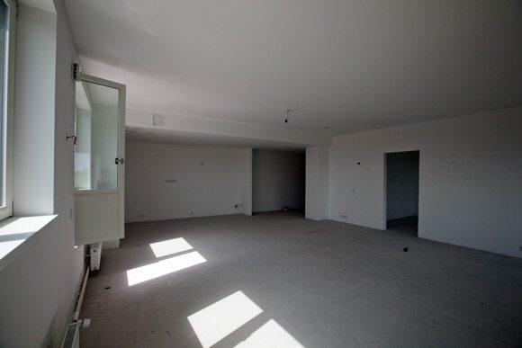 Типичное состояние квартиры в новостройке. Нам предстоит выбрать покрытие для стен.