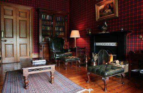 Традиционная шотландская клетка – прекрасный вариант для солидного рабочего кабинета