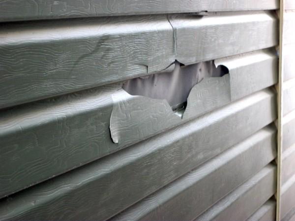 Треснувшая отделка столбчатого фундамента из пластиковых панелей