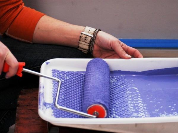 Тщательно раскатайте валик перед покраской очередного участка.