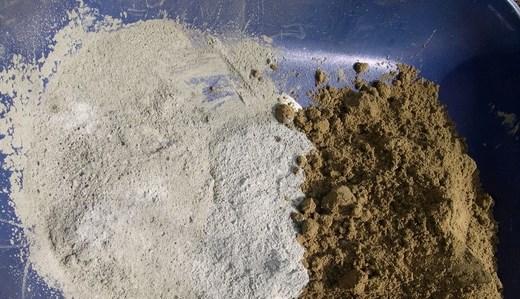 Цемент и песок в пластиковой ёмкости