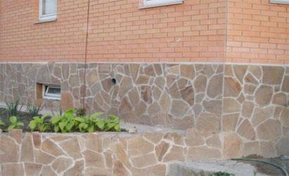 Цоколь, отделанный натуральным камнем