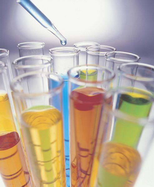 У жидких средств для покраски есть своё преимущество – благодаря своему искусственному химическому происхождению, они позволяют точнее регулировать силу своего влияния