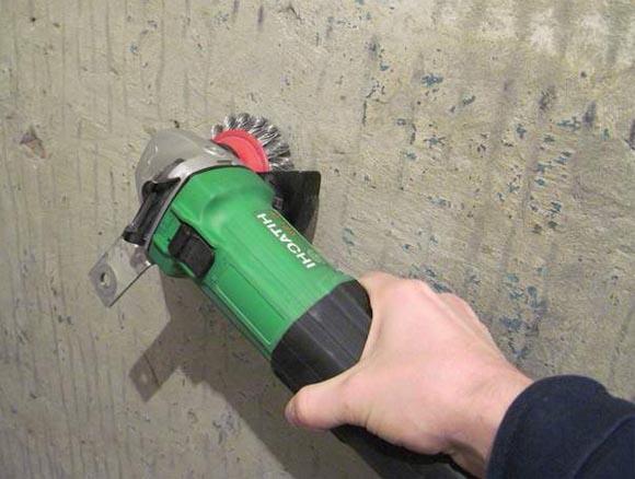 Удаление краски с бетонного потолка с помощью «болгарки» со специальной насадкой
