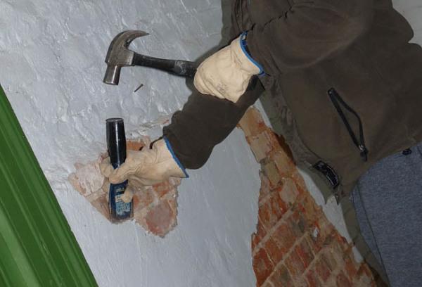 Удаление прослабленных участков с поверхности стены перед нанесением штукатурки