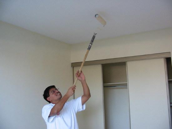 Удлиняя инструмент при помощи обычной палки можно не только очень сильно облегчить труд, но и находится на определенном расстоянии от поверхности, что позволяет сразу контролировать качество нанесения красителя