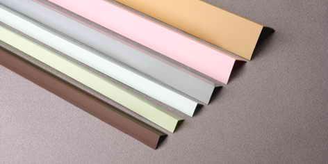 Уголки имеют разную ширину полок и цвета.