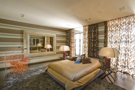 Успокаивающий декор стен спальни разбавлен пестрыми шторами