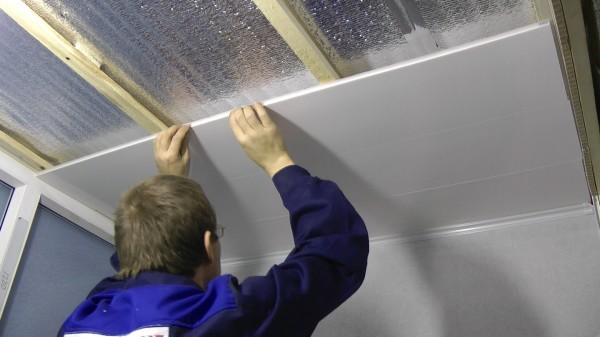 Устанавливаем пластиковые панели на потолок