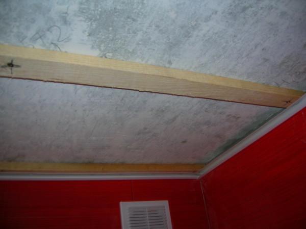Устанавливается обрешетка, крепится брус на потолке.