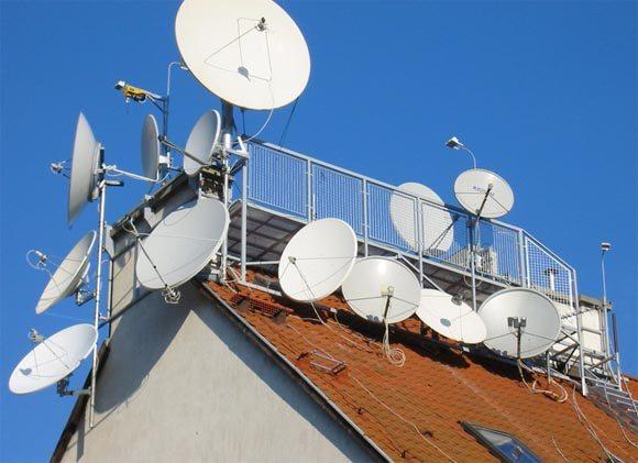 Установка антенн происходит гораздо безопаснее по резиновому покрытию