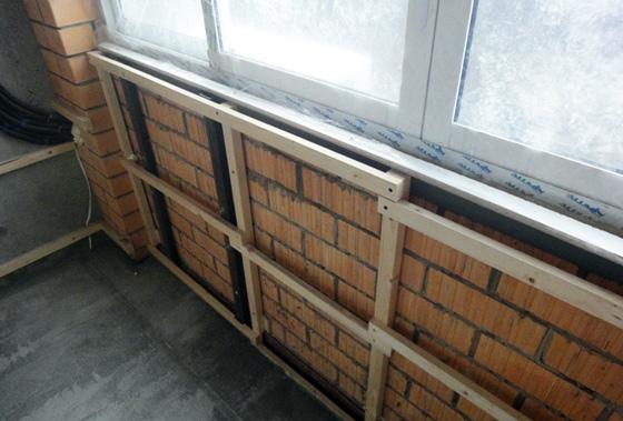 Установка деревянного каркаса на кирпичную стену