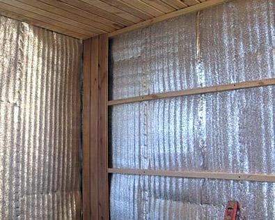 Установка несущих планок поверх защитного экрана для последующей фиксации на них деревянной вагонки