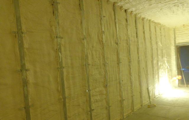 Утепление монтажной пеной позволит решить не только вопрос защиты от холода, но и гидроизоляции, что очень важно для цокольного этажа