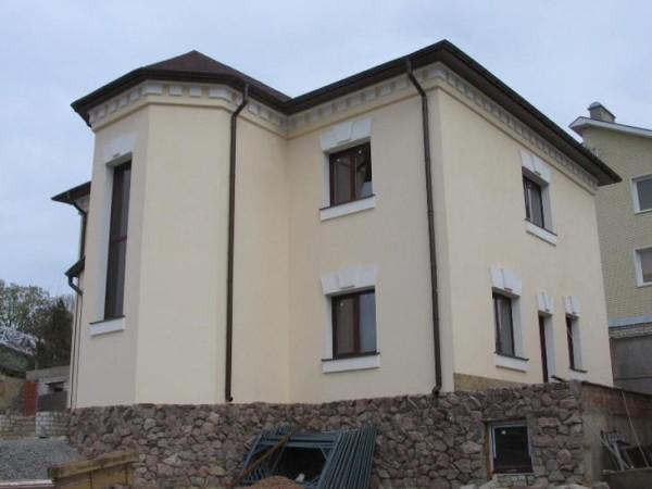 Утепленный фасад с отделкой декоративной штукатуркой.