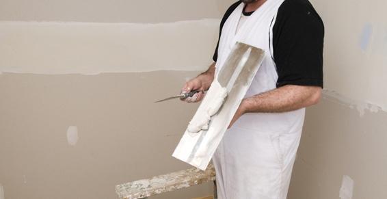 Узким шпателем-лопаткой раствор накладывают на рабочий инструмент.