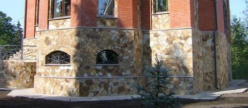 В домах с высоким цоколем отделка камнем смотрится особенно эффектно