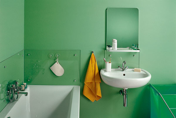 В качестве альтернативы плитке можно установить вокруг ванны панели из закаленного стекла, как на кухонном фартуке